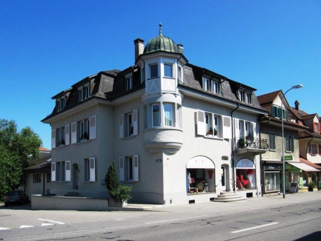 Die Polizei im Haus: Wohn- und Geschäftshaus mit Polizeipost 10664527