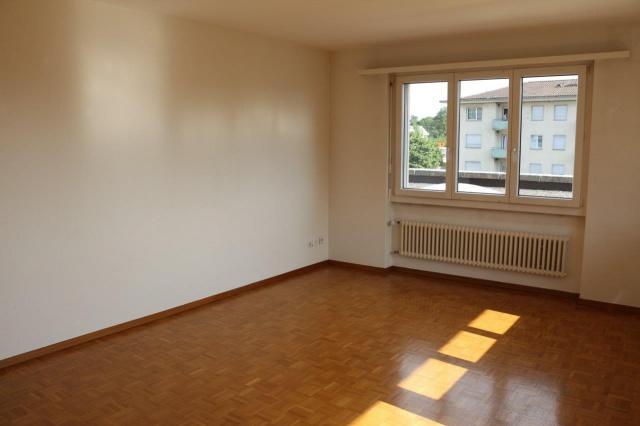Grosszügige 2.5 Zimmer Wohnung an zentraler Lage 11426381