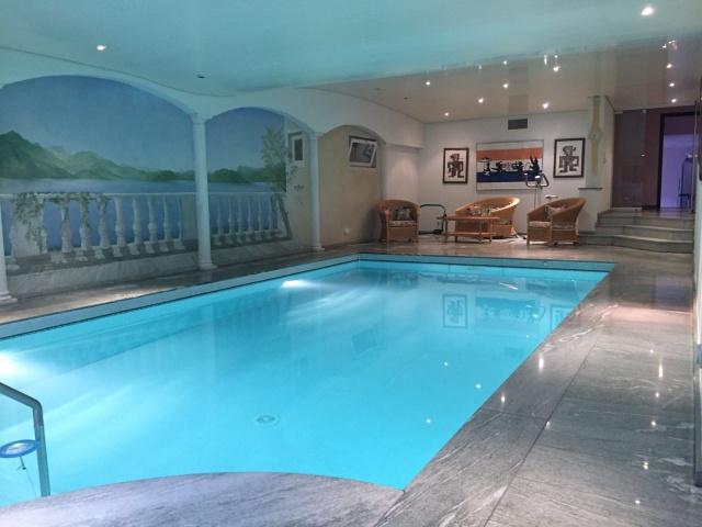 Grande villa con piscina interna 13840409