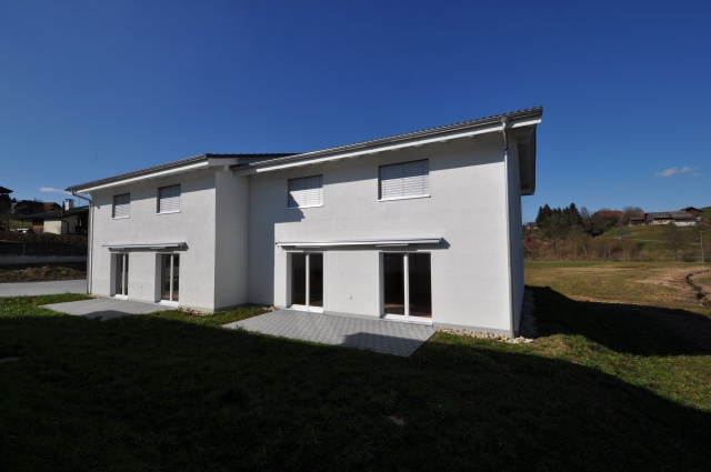 Neu erstellte Einfamilienhäuser am Bach 13839242
