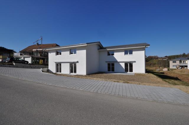 Neu erstellte Doppeleinfamilienhäuser am Bach