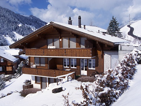 Auf der Sonnenterrasse Bleike an der Lenk Fernsicht auf die Alpen