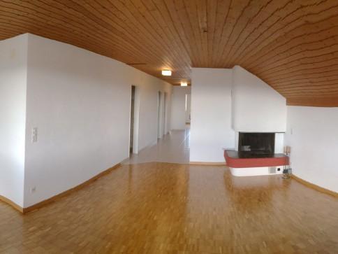 Dachwohnung mit Ceminee, Balkon und Hobbyraum