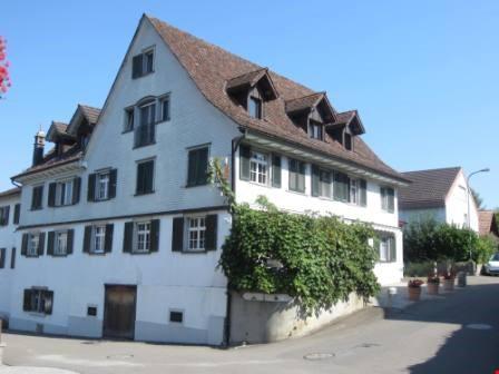 Grosszügige 3.5-Zimmer Attikawohnung mit Parkplatz im alten Dorfkern