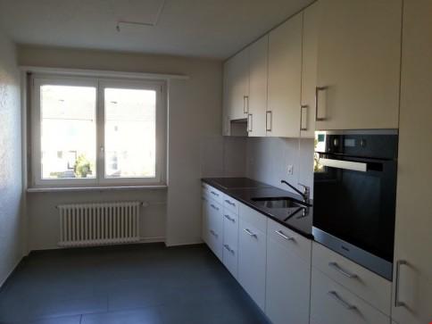 Helle 4 1/2 Zimmerwohnung mit geräumiger Wohnküche und grossem Balkon.