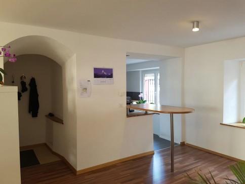 Helle, kürzlich renovierte Wohnung mit Sitzplatz in Städtlinähe