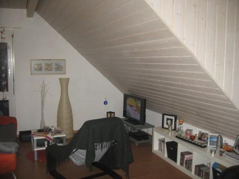 Komfortable 2 1/2 Zimmer Dachwohnung an zentraler Lage