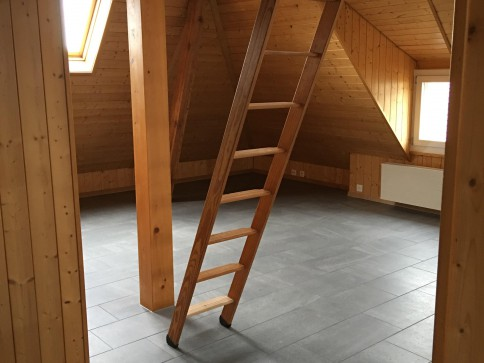 Neu renovierte, gemütliche, moderne Dachwohnung an bester Lage