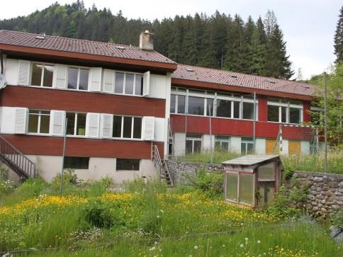 Zu verkaufen Schulhaus Sangernb. 2 x 4 Zi-Wohnungen und 492 m2 Nebenr.