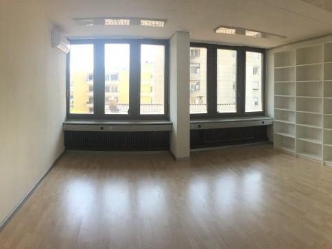 Ampi e luminosi uffici in stabile commerciale