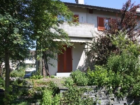 Charmantes Doppeleinfamilienhaus mit idyllischem Naturgarten