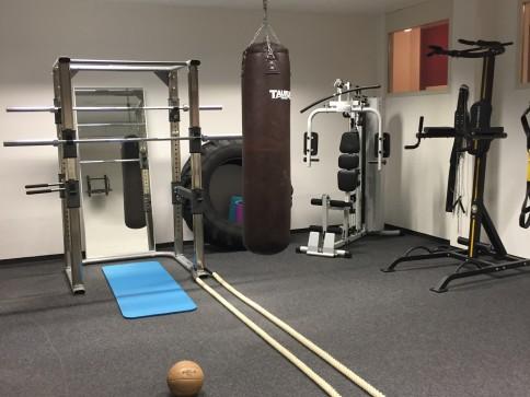 Fitnessraum mit div. Geräten