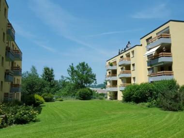 Grosse Wohnung mit Cheminée und 2 Balkonen in grüner Oasis!