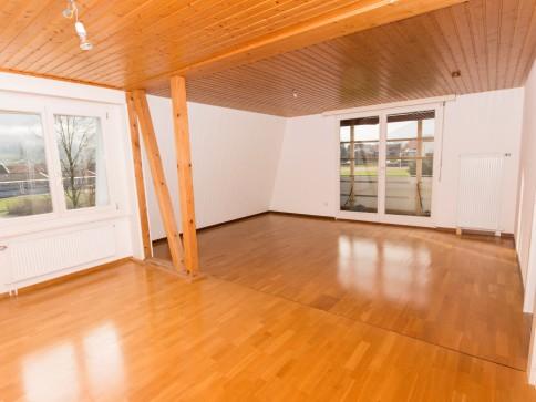 Grosszügige 4.5-Zimmerwohnung mit Balkon in 5-FH, 2. Stock