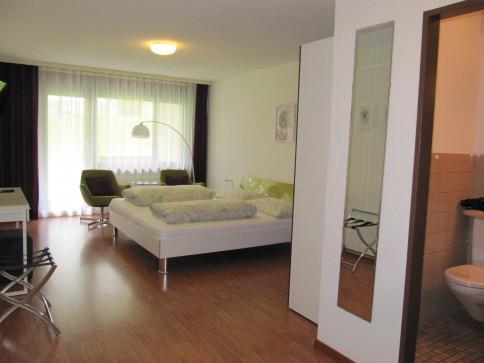 Möbliertes Doppelzimmer mit Sitzplatz - Monatsmiete