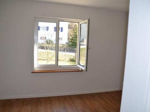 schöne neu renovierte 4 Zimmerwohnung in drei Familienhaus