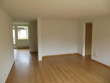 Teilsanierte helle Wohnung an guter Lage!