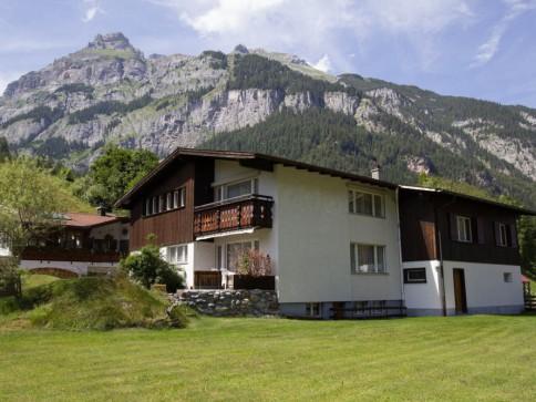 Zweifamilienhaus mit grossem Umschwung