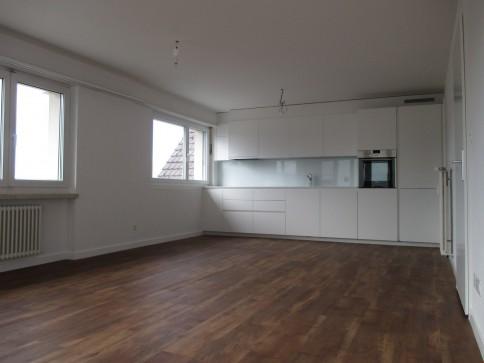 Frisch renovierte, grosszügige, sonnige 5.5 - Zimmerwhg. mit Balkon