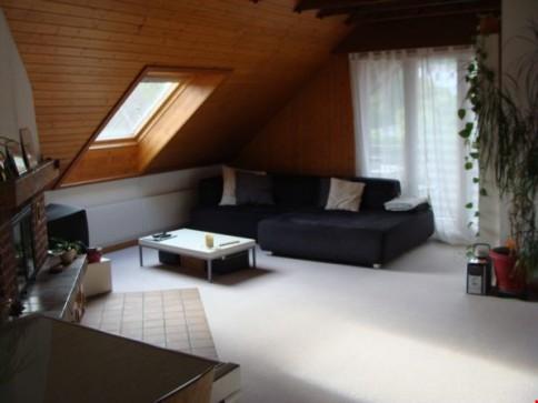 In Lausen helle Dachwohnung, in 2-Fam.Haus. Ruhige Lage.