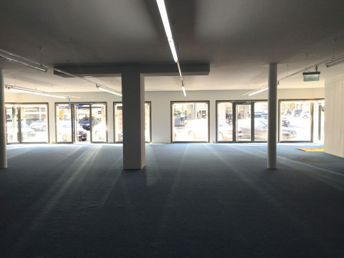 Locaux, showroom, bureaux de 780 m2 divisibles à louer à Sierre