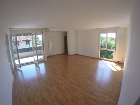 Preisgünstige, sonnige 4 1/2 Zimmer Wohnung mit Balkon und Garage