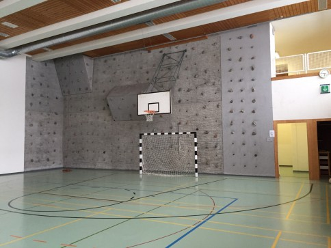 Sporthalle mit Kletterwand und Garderobe zu vermieten