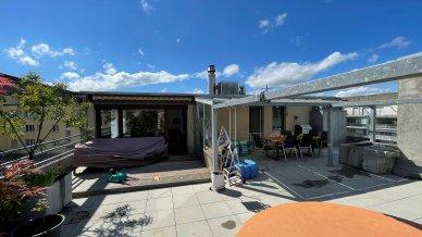 Grosse sonnige Terrasse, teilweise gedeckt