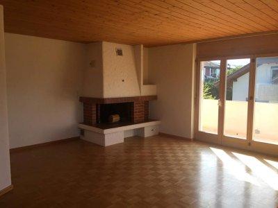 Wohnzimmer mit Cheminée und Parkett (Ausgang zum grossen Balkon)