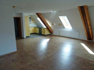 Wohn- und Esszimmer mit Zugang zum Balkon