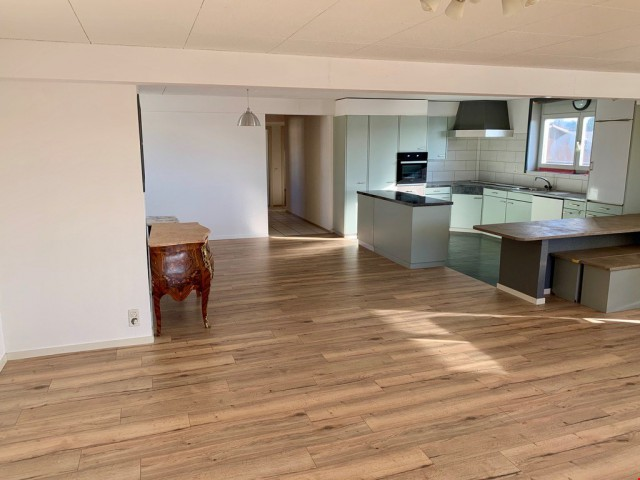 Agréable appart rénové avec balcon au 1er étage. 145 m2 32264101