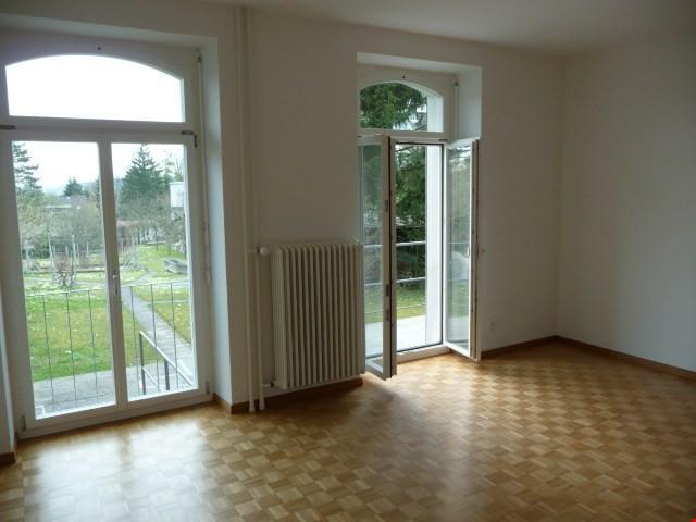 Wohnzimmer mit Türe zum Gartensitzplatz nach Süden
