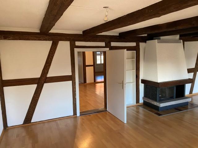 Wohnzimmer mit Cheminée, Türe zum Empfang, Essbereich