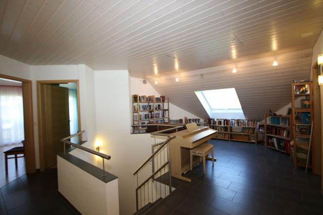 Vorplatz Obergeschoss mit grossem Dachfenster und Platz für Bücher und Klavier
