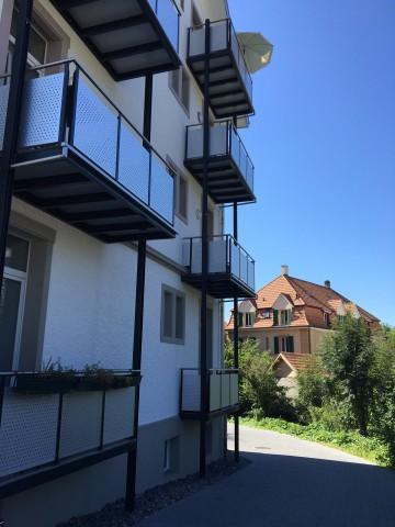 Schön gegen hinten gerichtet ins Quartier und ins Grüne mit Bächlein neben dem Haus