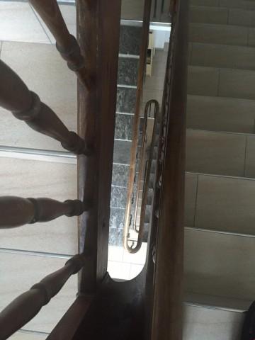 Schönes Treppenhaus mit Granit, Keramikplatten und Holzläufen
