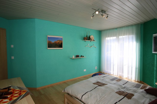 Grosse, helle Zimmer mit Balkontüren