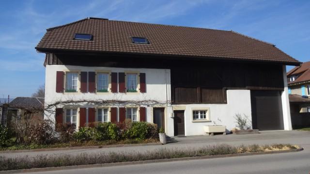 Haus mit 2 Wohnungen, Hangar + grosser Rasenfläche (150 m zu 18937926