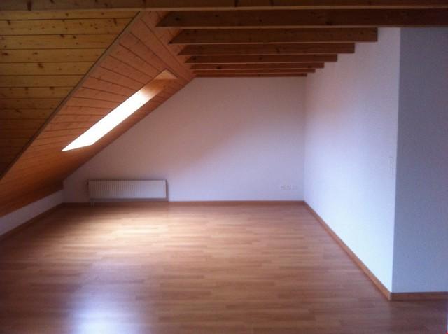 Wohnzimmer mit teilw. Dachschräge