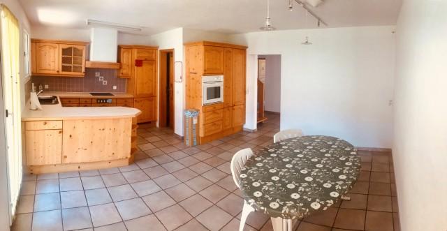 Küche mit grossen Essbereich