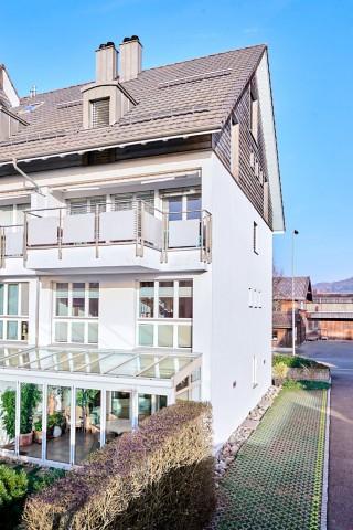 Die Maisonette befindet sich im Erdgeschoss und 1. Stock des Wohnhauses