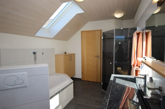 Eltern-Badezimmer mit grosser Dusche und Granitwaschtisch