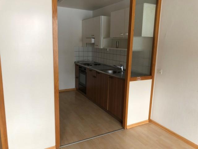 Wohnzimmer Essecke mit Blick in die halboffene Küche