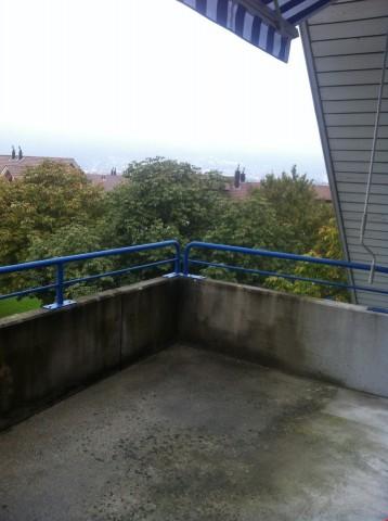 grosser, besonnter Balkon