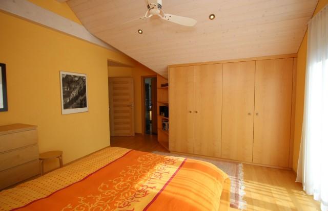 Elternschlafzimmer mit direktem Zugang zu Balkon und Badezimmer