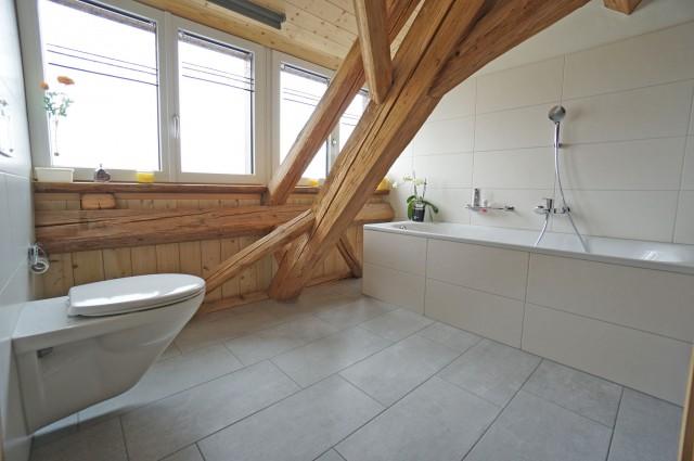 Nasszelle mit Badewanne und Toilette