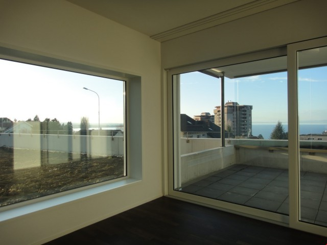 Wohnzimmer mit grossen Fensterfronten