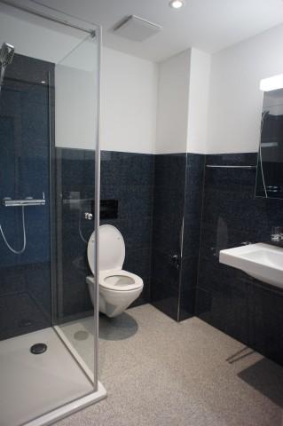 Dusche, WC, Lavabo neben Schlafzimmer