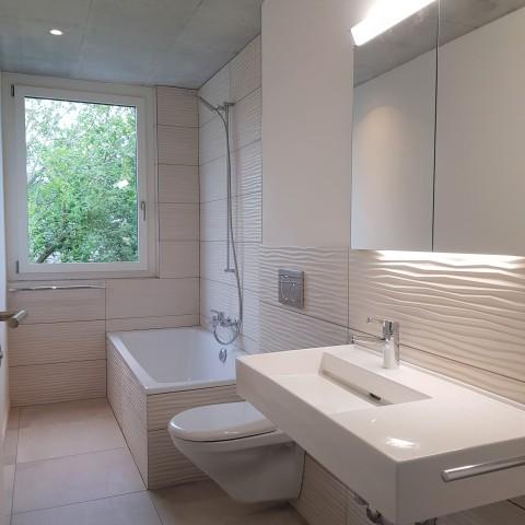 Bad mit Badewanne/ WC