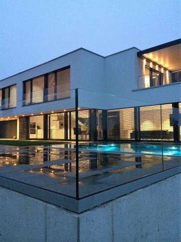 Modernes Einfamilienhaus mit Edelstahlpool 22851513